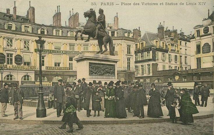 Petit attroupement devant la statue de Louis XIV sur la place des Victoires, vers 1900  (Paris 1er/2ème)