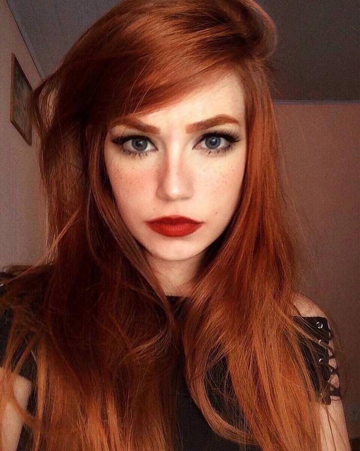 Feb 12, 2020 - Lange kupfer rote Haare und roter Lippenstift