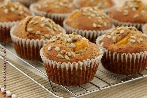 Razowe muffiny z brzoskwiniami i słonecznikiem