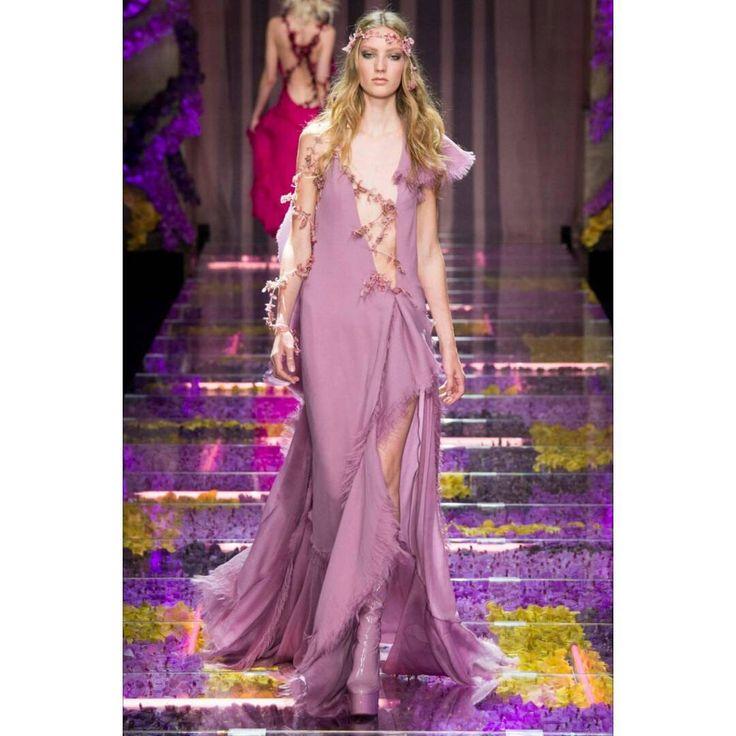 Per tutte le appassionate di moda ecco il mio preferito direttamente dalla passerella di Versace durante la Paris fashion week (5-9 Luglio). Presto un post sul blog con la mia selezione degli abiti più belli che hanno sfilato in questi giorni. #parisfashionweek #takeabreather #versace @versace_official #versaceofficial #fall2015