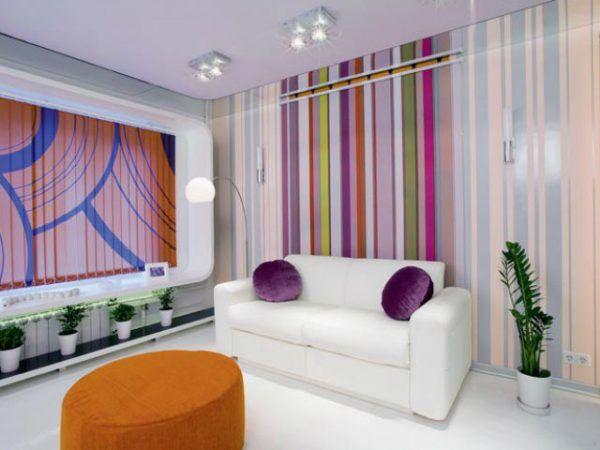 Стены в комнате покрашены в полоску