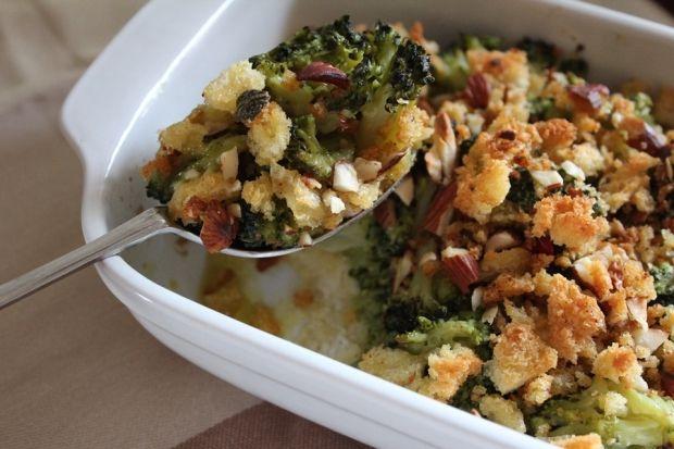 BROCOLIS CUITS AU FOUR AVEC CÂPRES, AMANDES ET PAIN AU PIMENT : => http://www.gusto-arte.fr/recettes/brocolis-cuits-au-four-avec-du-pain-au-piment/