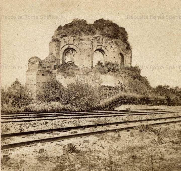 : Via Giovanni Giolitti – Ninfeo degli Horti Liciniani, meglio conosciuto come Tempio di Minerva Medica, visto dal lato della ferrovia. Anno: 1860 ca.