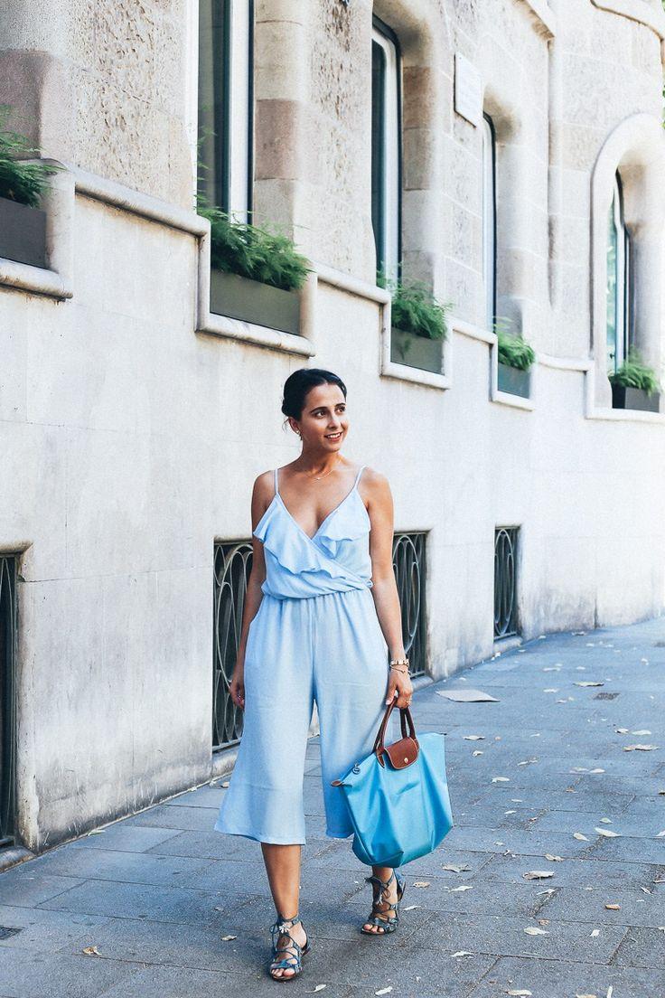 Look mono con escote de volante Asos, bolso Longchamp y sandalias de Zara