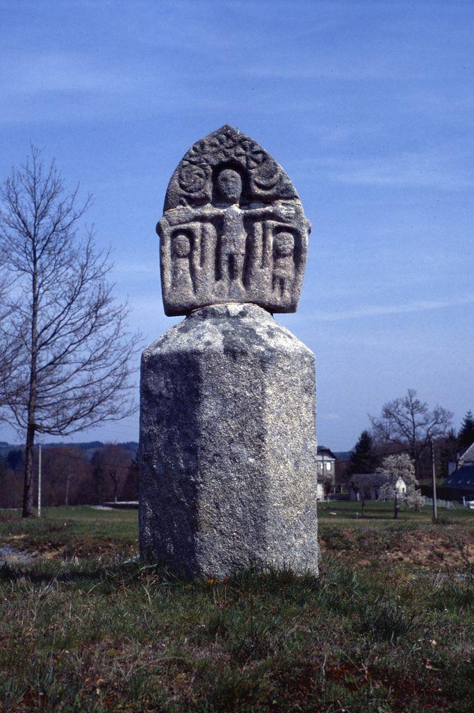 La croix des Rameaux, croix-stèle datant probablement du 11ème siècle, la plus ancienne du Massif Central. Corrèze.Limousin