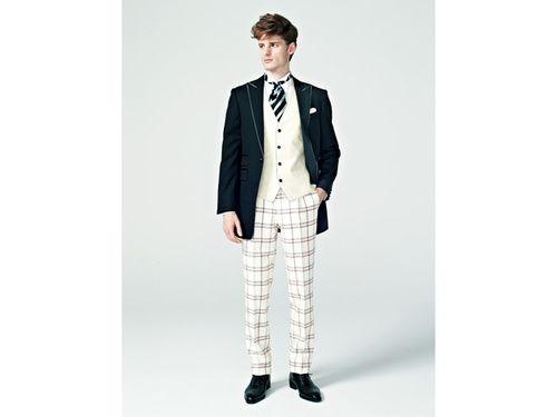 ▲トレンドスーツ [チェック] ~プレッピーなパンツで若々しさを引き出して~ 白地に赤と紺の線を配したウィンドゥペン柄のパンツ。花婿のフレッシュさを引き出すアレンジです。スーツ一式レンタル商品、シャツ、靴(マツオブライダルサービス)
