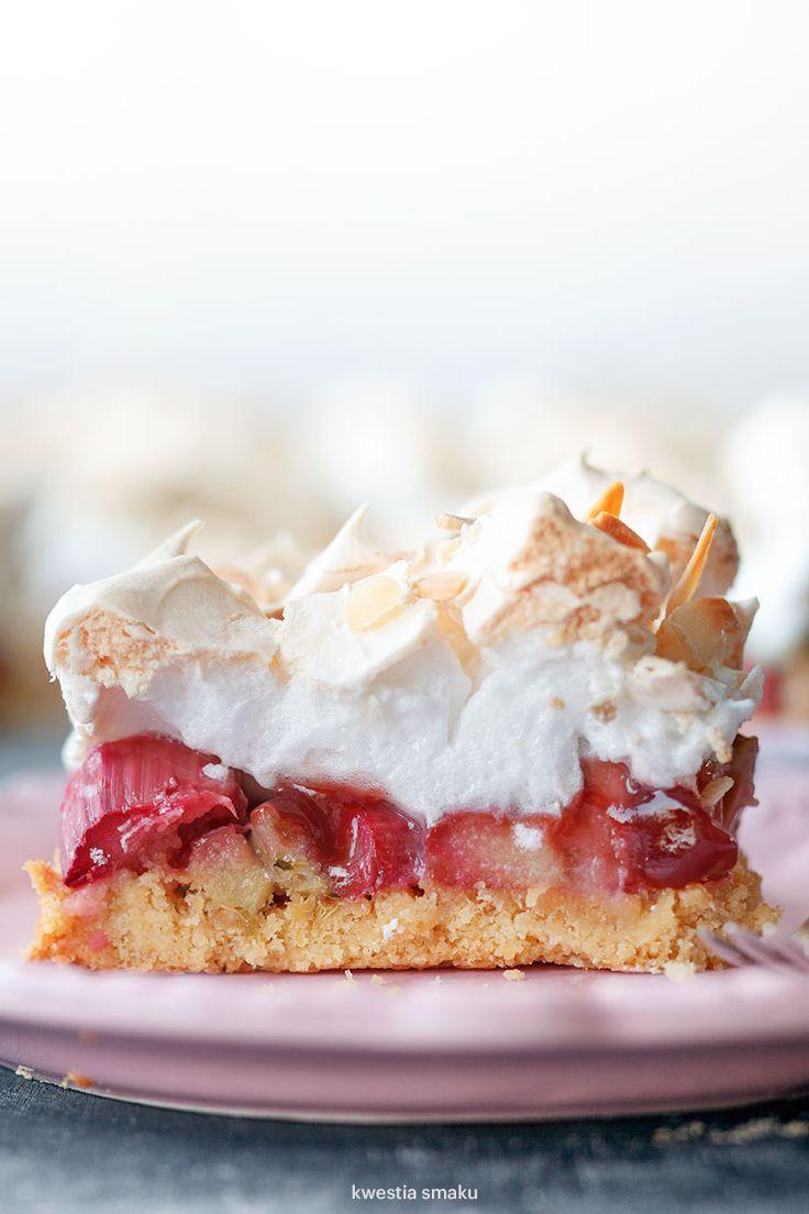 Shortbread cake with rhubarb, raspberry jam and meringue