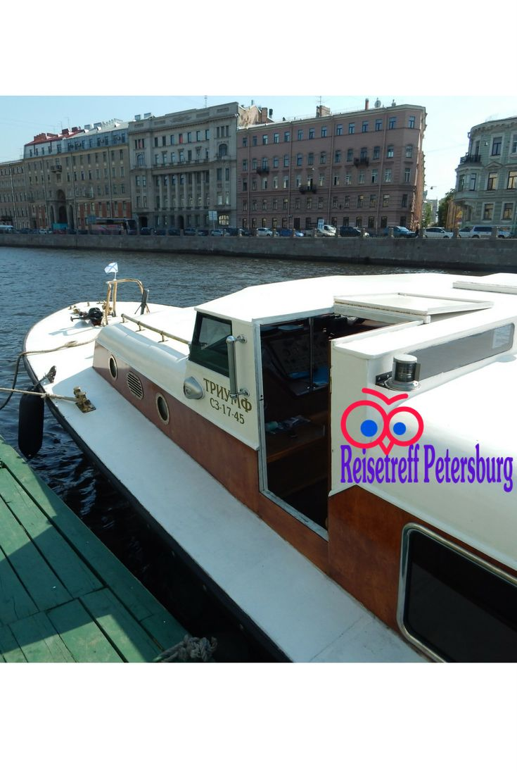 Ein Boot an der Anlegestelle in Sankt Petersburg fertig für unsere Kanalfahrt. Bei schönem Wetter sind unsere Boote ausgebucht. Für schlechtes Wetter sind diese teilweise überdacht.