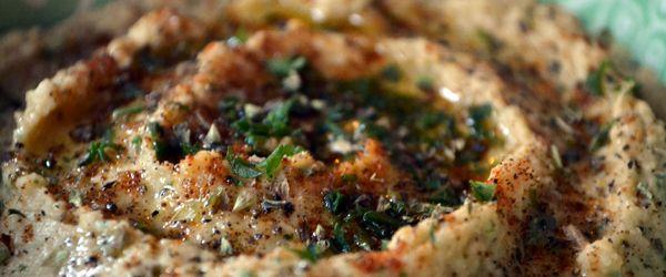 Zelfgemaakte hummus, h-eerlijk! Een echte aanrader als je iets lekkers gezonds op tafel wilt zetten. En nog super makkelijk te maken ook.