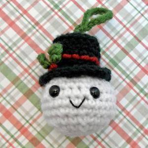 10 Cute FREE Christmas Ornament Crochet Patterns: Snowman Head Christmas Ornament FREE Crochet Pattern
