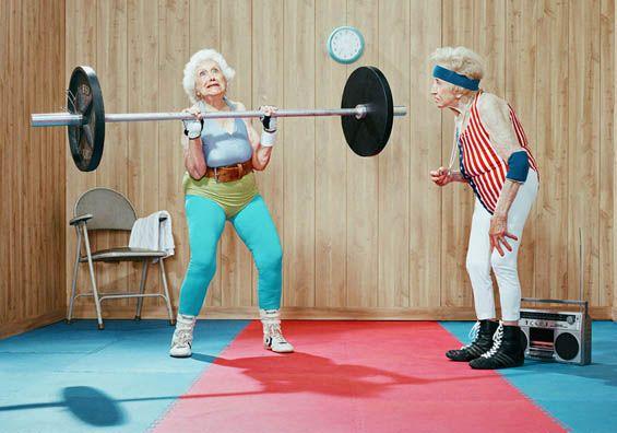 Para sempre esportistas. Dean Bradshaw é um fotógrafo de propaganda de Los Angeles que criou uma série de retratos de cidadãos da terceira idade se exercitando com basquete, halterofilismo e artes marciais. Sim, o contraste entre atividades de agilidade com os idosos e os tipos de modelos causam risos de cara. As cores vibrantes e (...)