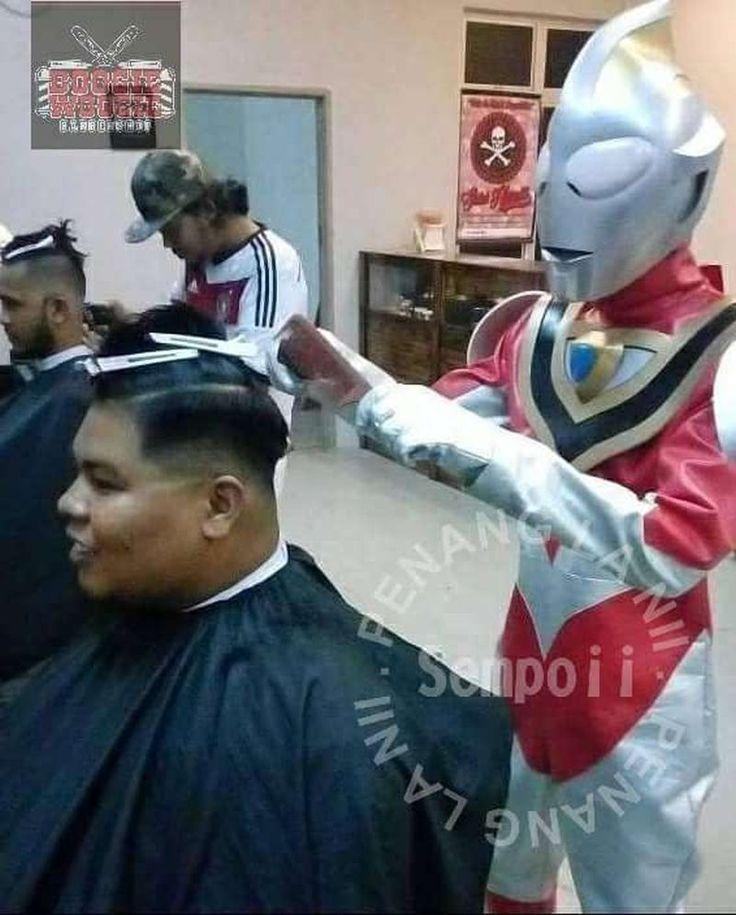 Ultraman muncul selamat budak menangis gunting rambut   Pemilik berkata adiwira itu ditentukan secara rawak dan pihaknya akan memaklumkan tiga hari lebih awal kemunculan adiwira di Facebook.  Foto ihsan Facebook/Penang La NiKUALA LUMPUR 30 Sept  Di sebuah kedai gunting rambut di Sungai Ara Bayan Lepas muncul adiwira menyelamatkan kanak-kanak menangis.  Kemunculan istimewa Ultraman di Boogie Woogie Barbershop di sini untuk memujuk kanak-kanak agar tidak menangis ketika rambut digunting.  Nor…