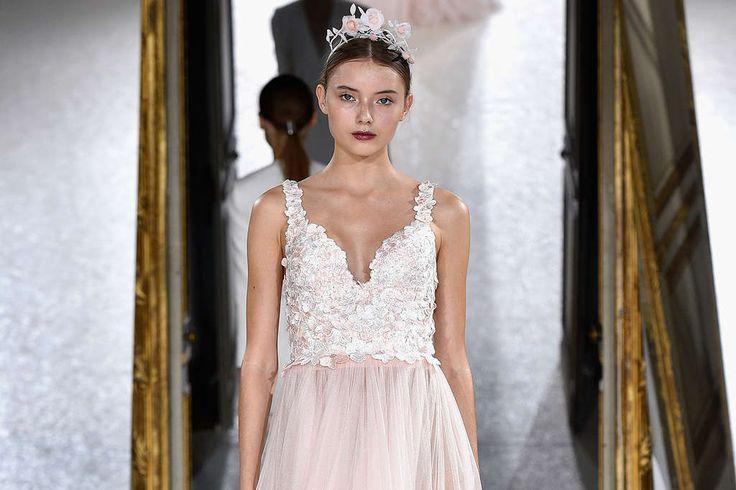 Kaviar Gauche präsentiert auf der Paris Fashion Week dieFrühjahr-/Sommermode 2018. Vogue zeigt Ihnen alle Runway-Bilder!