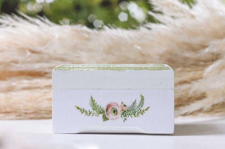 Свадебные шкатулки для колец ◈ Авторский Киоск Свадебная шкатулка для обручальных колец от мастерской Авторский Киоск  Размер 9х8см, высота 5,5см Оттенок- нежная зелень