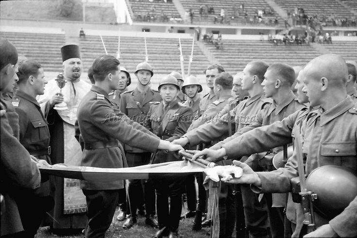 G26.Bukarest.Fahnenschwur, Rekruten legen Hand an Fahne