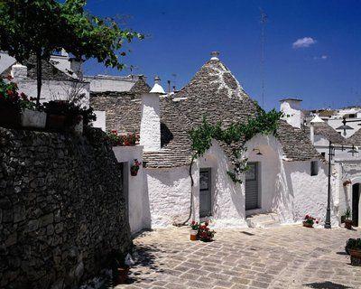 """Les """"trulli"""" d'Alberobello, habitations construites au XVIe siècle en pierres non jointes, classés au patrimoine de l'Unesco."""