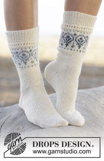"Gestrickte DROPS Socken in ""Fabel"" und ""Delight"" mit Musterborte. Größe 35 - 43. ~ DROPS Design"