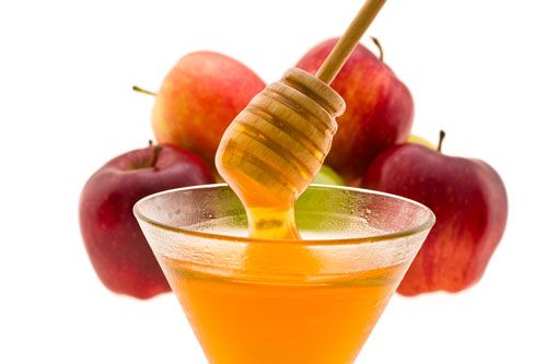 7 homemade face mask for oily skin - After peeling, cut an apple into small pieces then blend with 3 tablespoons of honey until you have a smooth paste. Apply the mixture to your face and let it sit for 15 minutes before rinsing with water