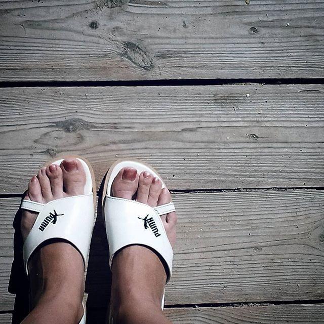WEBSTA @ elenafrisson - добрый вечер! А мы встретили прекрасный закат, жаль качество фото получилось не очень, поэтому в ленту отправляю ноги, очень логичное решение, я знаю Пьем изабеллу и рассматриваем богомола, он ужа.. божественен)) #vsco #vscocam #vscorussia #bestoftheday #блог #блогпутешественника #заметки #туризм #тур #путешествие #путешествия #море #пляж #отдых  #анапа #сочи #благовещенское #lifestyle #like #blog #follow