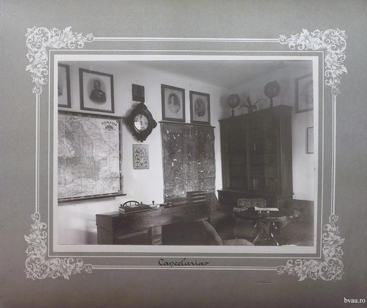 """Cancelaria Şcolii de băieţi a Comunităţii Elene, Galati, Romania, anul 1906, http://stone.bvau.ro:8282/greenstone/collect/fotograf/index/assoc/Jpag002.dir/Pag02_Cancelaria.jpg.  Imagine din colecţiile Bibliotecii Judeţene """"V.A. Urechia"""" Galaţi."""