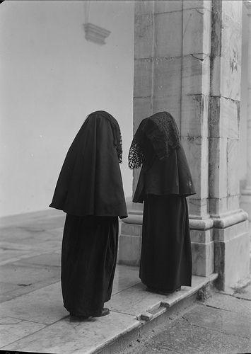 Portalegre, Portugal  Retrato de freiras. Claustro da Sé de Portalegre. Fotografia sem data. Produzida durante a actividade do Estúdio Mário Novais: 1933-1983.