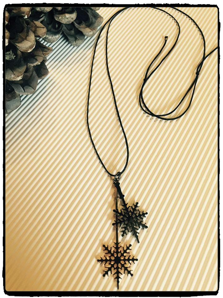 Yesss❣❣❣ It's christmas time  Happy Holidays!! This one-of-a-kind Snowflake pendant makes The perfect gift for the Christmas Holiday Season  Join a world of #uniqueness #aesthetics & #style #braccialetticoncepts #snowflake # #pendant #cool #elegant #christmas #gift