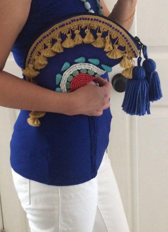 Hecho a mano boho embrague abalorios tribales en color vibrante anima cualquier vestuario o solo como un pedazo de la declaración. Día o noche bolsa
