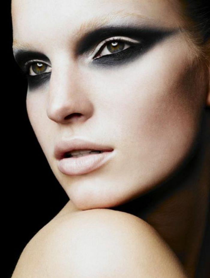 maquillage artistique dans la gamme noire, yeux verts