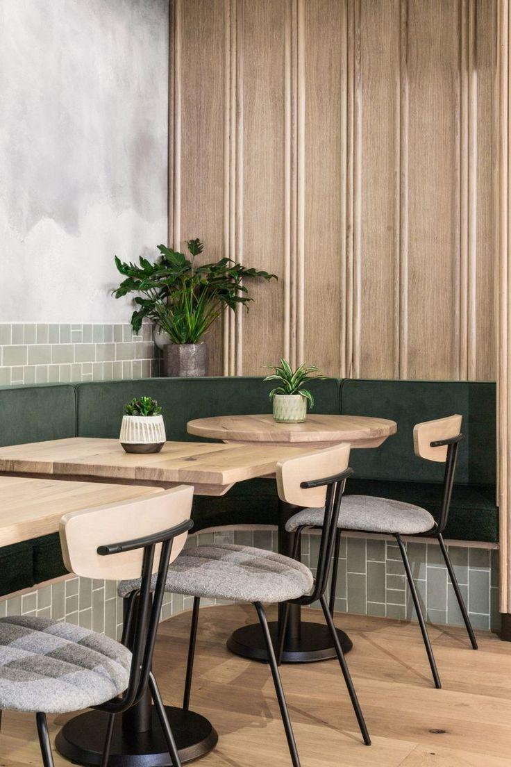 Das Restaurant Farmer J in London verfügt über trübe graue Oberflächen und grüne Akzente
