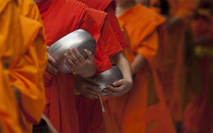 Monniken met bedelnappen, ergens in Cambodja. Ontdek het echte Cambodja met Original Asia! Rondreis - Vakantie - Cambodja - Monniken - Cultuur