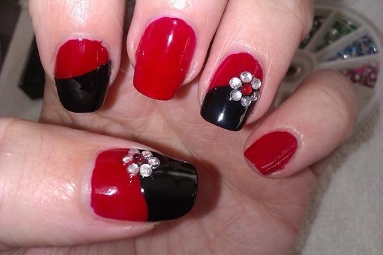 Schwarz-Rotes Nageldesign mit Strass-Blumen // #nailart #nailartdesign #nageldesign