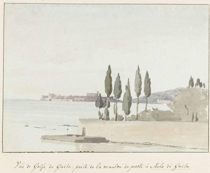 Louis Ducros | Gezicht op de Golf van Gaeta tegenover het postkoetshuis bij Molo di Gaëta, Louis Ducros, 1778 | Tekening uit het album 'Voyage en Italie, en Sicile et à Malte', 1778.