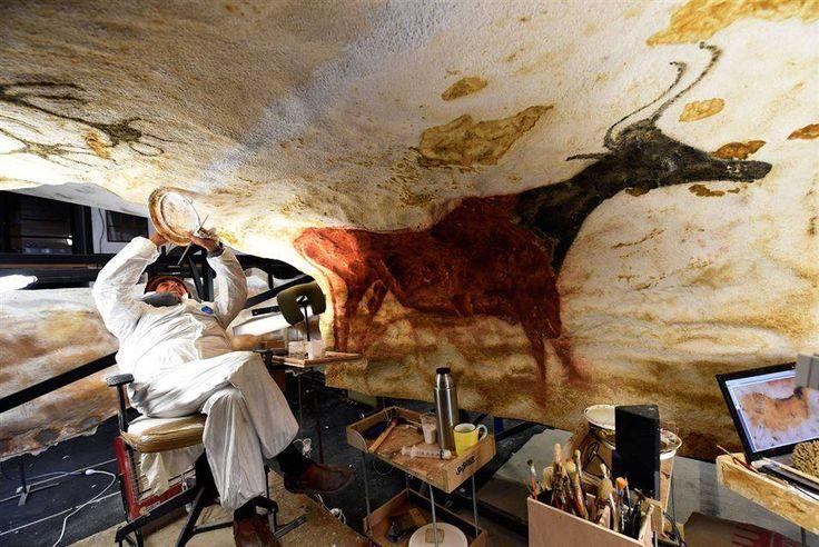 Uma artista trabalha numa réplica fiel da renomada caverna da Idade da Pedra de Lascaux, em 29 de fevereiro, 2016, para o futuro museu internacional das artes rupestres, Lascaux IV, em Montignac, oeste da França.  A caverna de Lascaux é uma das cavernas mais decoradas do Paleolítico.  A idade das pinturas e gravuras é estimada entre cerca de 18.000 e 17.000 anos.   A caverna de Lascaux está sendo reproduzida de forma idêntica para ser montada no Centro Internacional da arte parietal de…