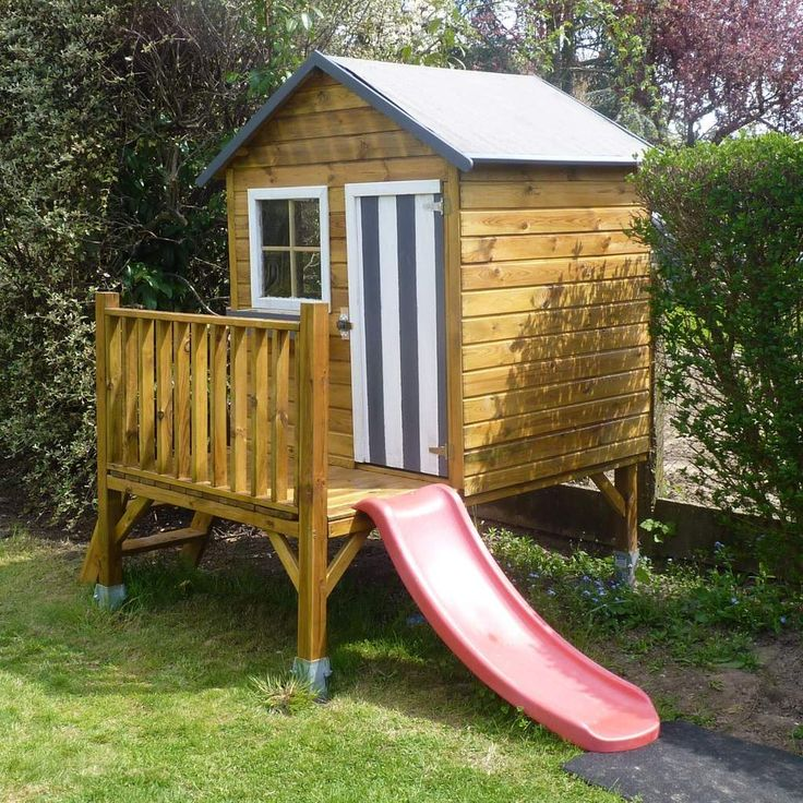 Ma cabane en bois pour enfant sur pilotis avec toboggan rouge, photos des jumeaux et ma fille dans leur maisonette, toit Shingles arrondis, ...