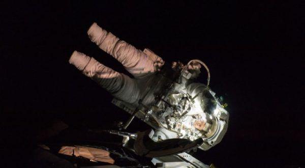 Doi astronauți de pe Stația Spațială Internațională vor trebui să iasă în spațiu pentru a repara o defecțiune care a survenit zilele trecute. Această ieșire nu era planificată, însă va fiposibilă și prin prisma faptului că piesa de schimb se găsește deja la bordul SSI.   #astronauti #defecțiune #iesire in spatiu #Statia Spatiala