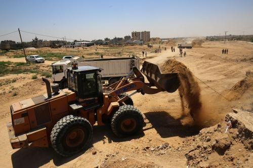 Hamas began constructing a security buffer zone between the Gaza Strip and Egypt on Wednesday in an attempt to improve relations with Cairo.
