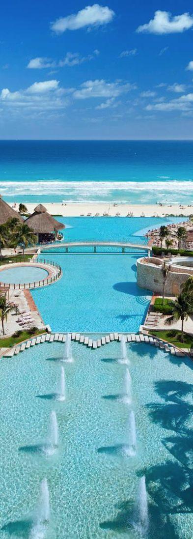 Westin Lagunamar Ocean Resort en Cancun, México, vista espectacular que muestra lo azul de la playa vs la piscina