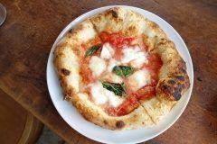 神戸市の元町にある釜焼きのピザが美味しいお店カルドが超おすすめ(ˊᗜˋ)و ワインを初めとするお酒が豊富に置いてあって出来立てもピザと一緒に楽しむことができますよ ここのピザは私的に神戸で本の指に入る美味しさ 夜も営業しているけど休みの日はピザをおつまみにワインなんていいよね() tags[兵庫県]