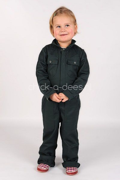 Looking for a boilersuit for your child? We have got the perfect boiler suit for your kid. Available in 7 different colors en multiple sizes. Delivery all trough Europe and beyond.  We also have personalized boiler suits. We can put your childs name on the sleeve, back or and the chestpocket. Choose from 13 different fonts. Overall kind donker groen | Kinderoveralls | Chick-a-dees.nl