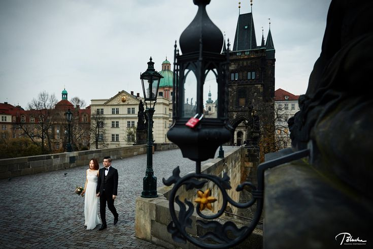 great pre-wedding prague on Charles Bridge