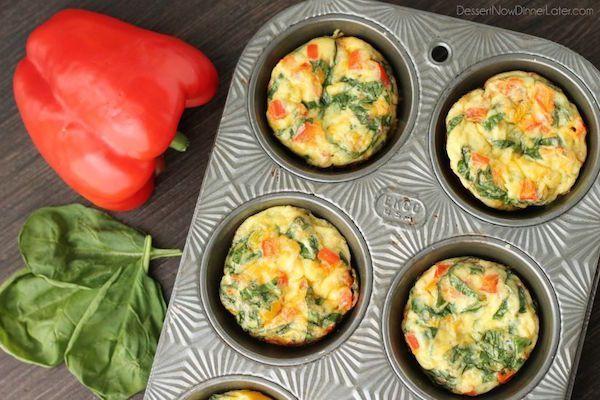 Divertidas tortillitas de verduras, recetas para niños fáciles y saludables. Cenas rápidas, tortillitas de verduras en molde de magdalenas.