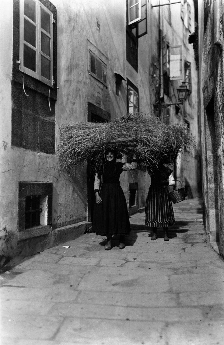 Vendedoras de palla [Straw vendors]. Santiago, 1924.