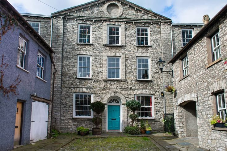 House in Kendal, United Kingdom. Large suite of rooms on the top floor of our Georgian Grade II listed house in Kendal town centre quietly tucked away at the head of an historic cobbled yard. Double bedroom, huge adjoining living room (with basic kitchenette and double sofa bed) ...