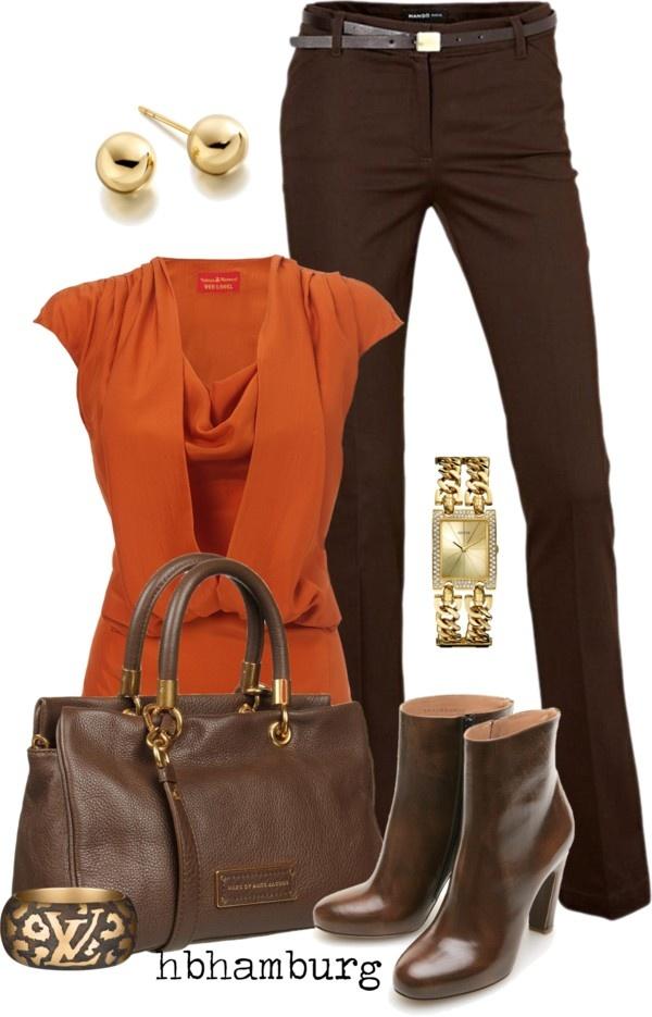 Blusa naranja y pantalón café con botas del mismo tono.