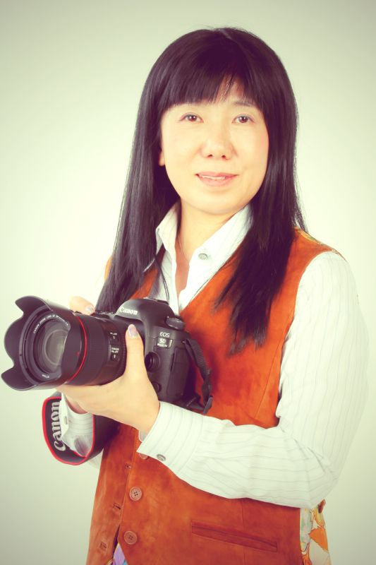 ゲスト◇榎並悦子(Etsuko Enami)京都市生まれ。学生の頃より写真家・岩宮武二、高田誠三両氏に師事。大学卒業後、岩宮武二写真事務所を経てフリーに。国内外を問わず旅することが大好きで、「一期一会」の出会いを大切に、人物や自然、風習、高齢化問題など幅広いフィールドをしなやかな視線でとらえ続けている。写真展に盲老人ホームの日常をとらえた「都わすれ」や東京の下町を撮った「裏から廻って三軒目」、高齢化率日本一の町を取材した「日本一の長寿郷」、パリの街角をモノクロでとらえた「Paris -刻の面影-」、など多数開催。アメリカに暮らす小人症の人々を取材した写真集「Little People」で第37回講談社出版文化賞受賞。(社)日本写真家協会会員、(社)日本写真協会会員。