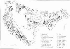 Micene, a differenza di Cnosso, non era un palazzo, ma bensì una rocca. La presenza delle mura ci permette di capire che i Micenei erano un popolo guerriero. A Micene erano presenti edifici adibiti al culto, un cimitero all'interno delle mura, una cisterna con un percorso sotterraneo. C'era una divisone fisica tra i centri del potere e la rocca aveva una funzione polifunzionale a carattere umano. Risalente al XIV secolo, fu scoperta da Schliemann.