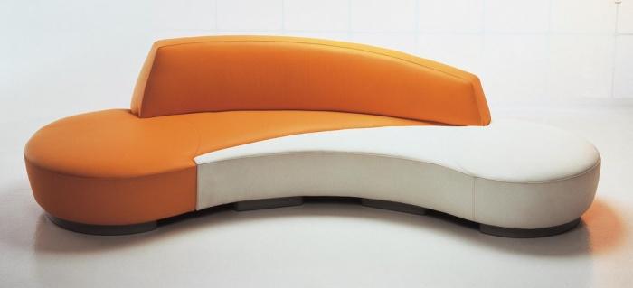 Divano Urban di GM design Revolutionbr /La sua forma accogliente è un invito alla comodità. Il divano Urban è caratterizzato dalla duplicità cromatica che si rivela essere non solo un accorgimento estetico ma anche funzionale. Le due parti diverse per colore sono infatti due elementi distinti che, all'occorrenza, possono essere separati in modo tale da conferire un nuovo aspetto alla zona conversazione.br /Con la sua forma sinuosa e il basamento metallico, Urban è l'imbottito di nuova conce