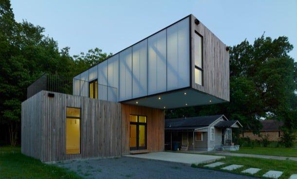Cantilever House: casa modular prefabricada por 136.000$. Estudiantes de arquitectura desarrollaron la Cantilever House, una casa modular prefabricada de poco más de 90m2, con un presupuesto de 136.000 dólares. El edificio está resuelto con dos paralelepípedos apilados. El inferior  (16×32 pies) se utiliza como sala, cocina, y comedor. El superior tiene dos dormitorios y cuarto de baño. Impresiona el voladizo del módulo superior.  #CasasPrefabricadas