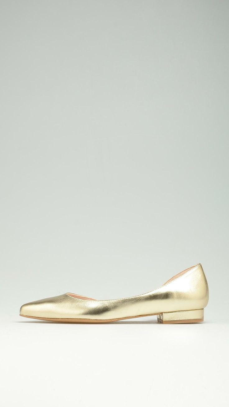 Golden leather pointed ballerinas featuring an open side, 100% leather.
