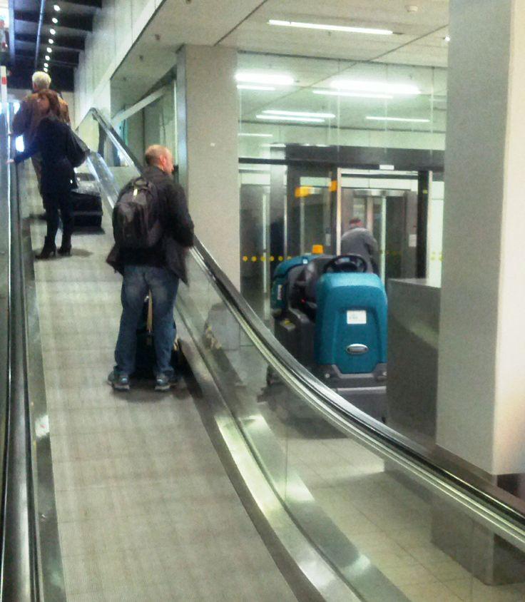Fregadora Tennant T12ecH2O en aeropuerto Schipol en Amsterdam. Limpieza sostenible: ahorro de agua y menos emisiones de CO2